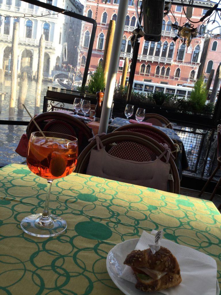 イタリア、ヴェネツィアのカフェにて