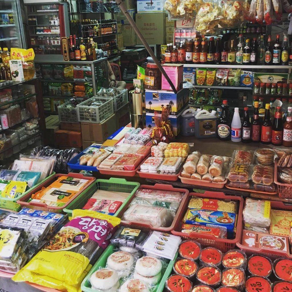 インドネシア、ジャカルタ北部。中華街にあるグロドック市場雑貨店
