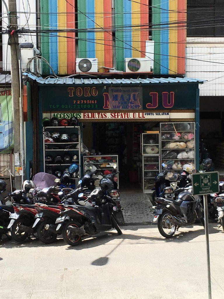 インドネシア、パサールミスティックの有名手芸用品店トコマジュ