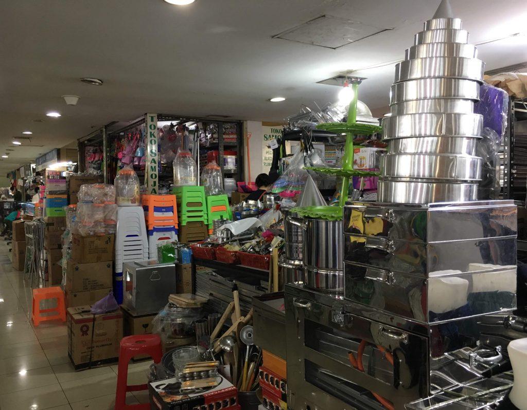インドネシア、パサールミスティックのお店商品陳列の様子