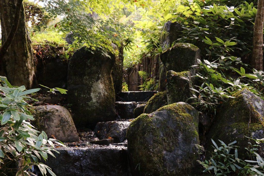 茨城県、西山荘の岩を積み上げた滝
