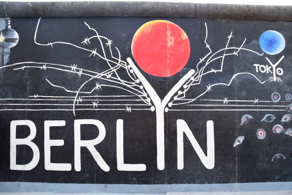 ドイツ、イーストサイド・ギャラリーにあるベルリンと東京