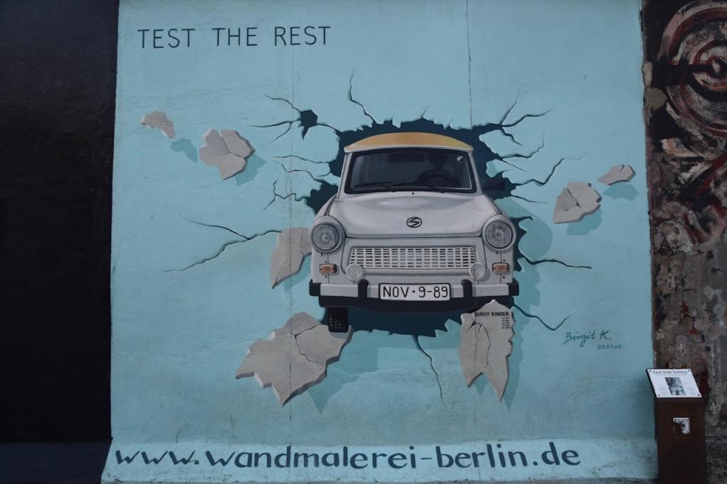 ドイツ、イーストサイド・ギャラリーにある壁を突き破る車