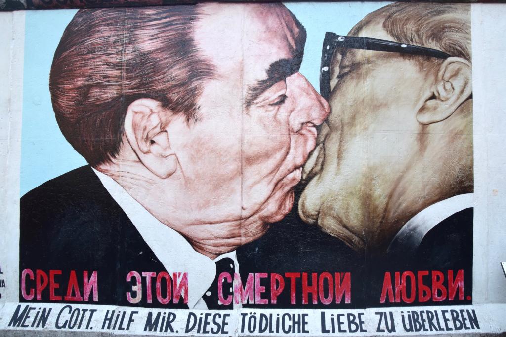 ドイツ、イーストサイド・ギャラリーで有名な独裁者のキス