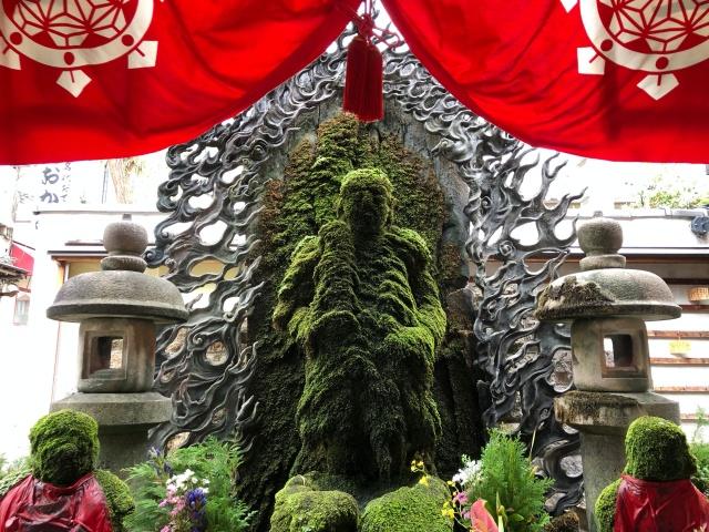 大阪府、浄土宗天龍山法善寺の苔むしているお不動さん