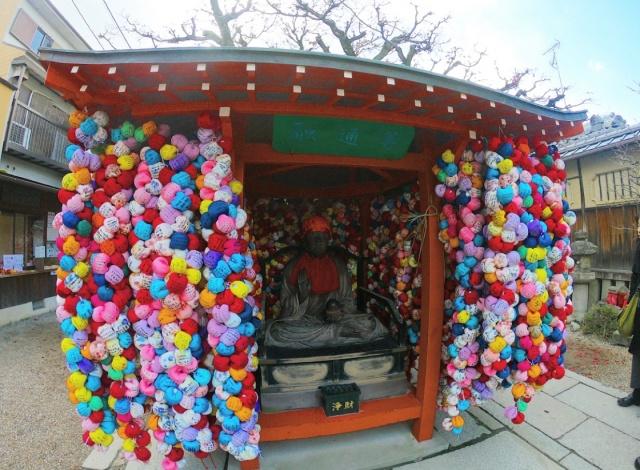 京都府、大黒山金剛寺庚申堂のカラフルな飾り