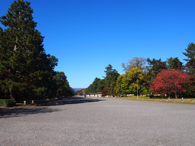 京都府、一般財団法人国民公園協会京都御苑の白い砂利
